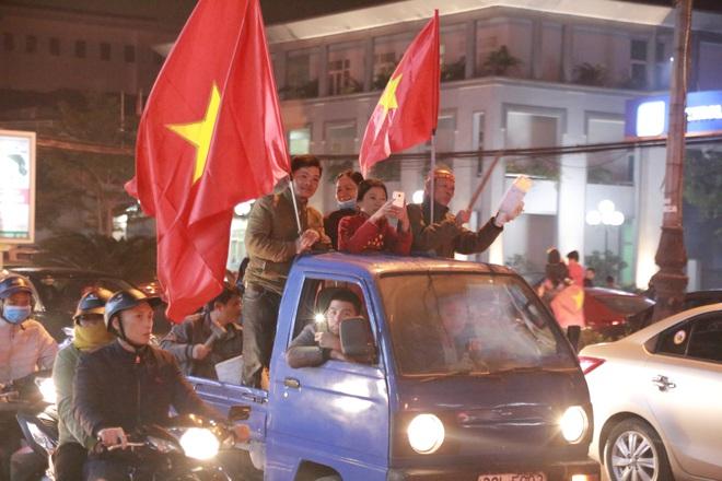Đoàn người ngồi trên xe tải phấn khích giơ tay chào nhau, hô vang Việt Nam vô địch - Ảnh 13.