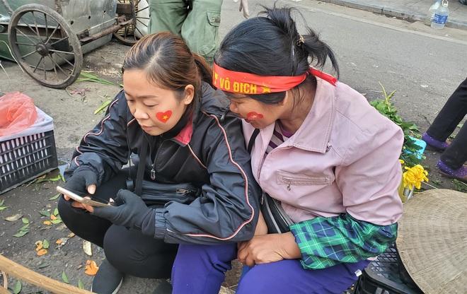 Hàng rong chợ Đồng Xuân vừa bán hàng vừa tranh thủ lên đồ cổ vũ U22 Việt Nam - Ảnh 5.