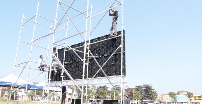 Lắp hàng loạt màn hình cỡ lớn ở Nghệ An và Hà Tĩnh để cổ vũ U22 Việt Nam - Ảnh 8.