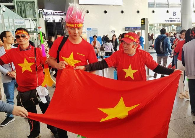 Hàng trăm cổ động viên nhuộm đỏ sân bay Nội Bài cổ vũ đội tuyển U22 Việt Nam - Ảnh 1.