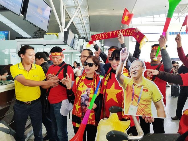 Hàng trăm cổ động viên nhuộm đỏ sân bay Nội Bài cổ vũ đội tuyển U22 Việt Nam - Ảnh 2.