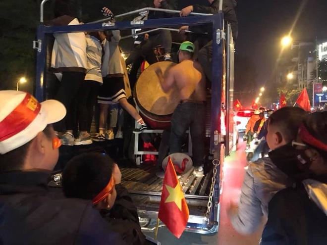 CĐV dùng xe tải chở trống khắp phố Hà Nội gõ mừng cúp vô địch của U22 Việt Nam - Ảnh 5.
