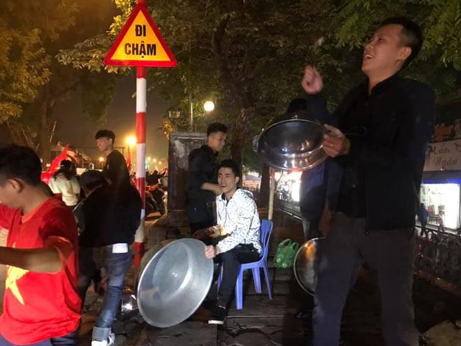 CĐV dùng xe tải chở trống khắp phố Hà Nội gõ mừng cúp vô địch của U22 Việt Nam - Ảnh 4.