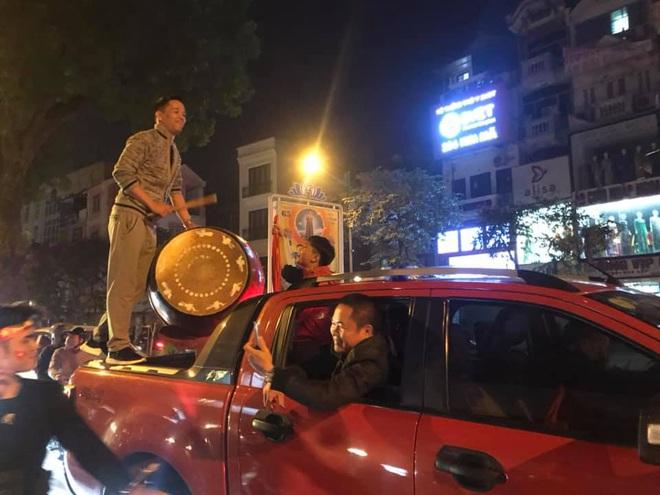 CĐV dùng xe tải chở trống khắp phố Hà Nội gõ mừng cúp vô địch của U22 Việt Nam - Ảnh 6.