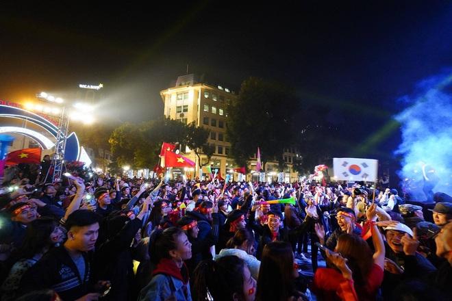 CĐV dùng xe tải chở trống khắp phố Hà Nội gõ mừng cúp vô địch của U22 Việt Nam - Ảnh 15.