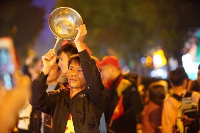CĐV dùng xe tải chở trống khắp phố Hà Nội gõ mừng cúp vô địch của U22 Việt Nam - Ảnh 13.