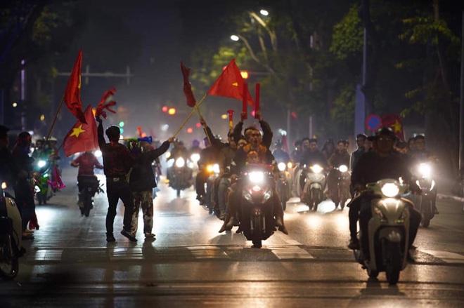 CĐV dùng xe tải chở trống khắp phố Hà Nội gõ mừng cúp vô địch của U22 Việt Nam - Ảnh 7.