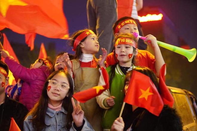 CĐV dùng xe tải chở trống khắp phố Hà Nội gõ mừng cúp vô địch của U22 Việt Nam - Ảnh 12.