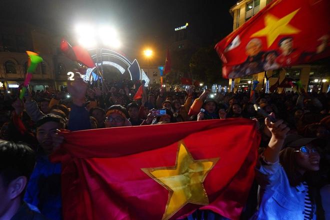 CĐV dùng xe tải chở trống khắp phố Hà Nội gõ mừng cúp vô địch của U22 Việt Nam - Ảnh 17.