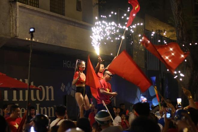 VIDEO: Người hâm mộ quẩy tưng bừng tại phố đi bộ khi U22 Việt Nam vô địch SEA Games - Ảnh 4.