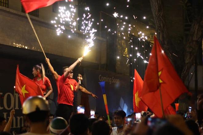 VIDEO: Người hâm mộ quẩy tưng bừng tại phố đi bộ khi U22 Việt Nam vô địch SEA Games - Ảnh 3.