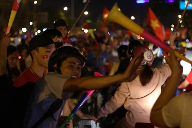 VIDEO: Người hâm mộ quẩy tưng bừng tại phố đi bộ khi U22 Việt Nam vô địch SEA Games - Ảnh 7.