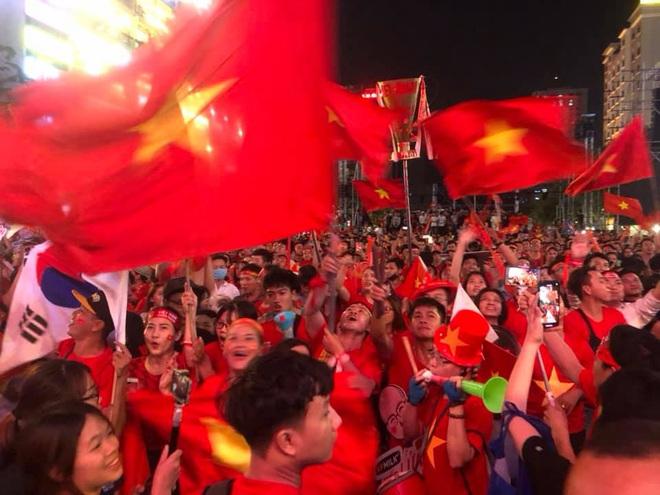 VIDEO: Người hâm mộ quẩy tưng bừng tại phố đi bộ khi U22 Việt Nam vô địch SEA Games - Ảnh 5.
