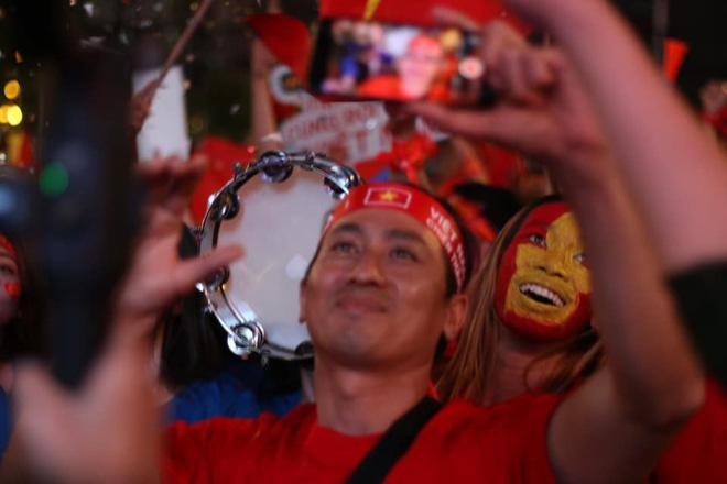 VIDEO: Người hâm mộ quẩy tưng bừng tại phố đi bộ khi U22 Việt Nam vô địch SEA Games - Ảnh 8.