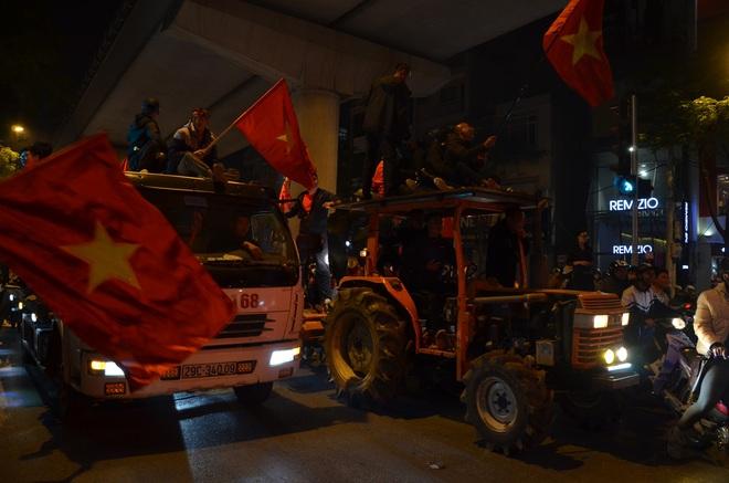 CĐV dùng xe tải chở trống khắp phố Hà Nội gõ mừng cúp vô địch của U22 Việt Nam - Ảnh 11.