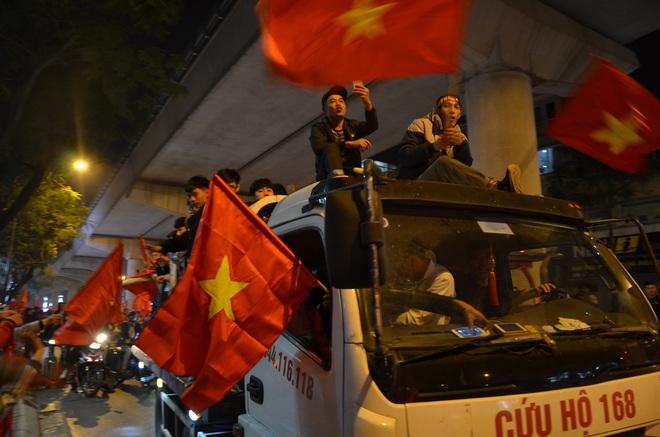 CĐV dùng xe tải chở trống khắp phố Hà Nội gõ mừng cúp vô địch của U22 Việt Nam - Ảnh 9.