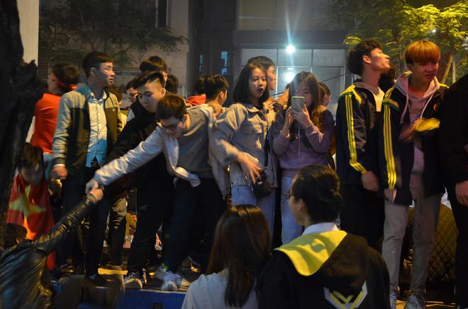 CĐV dùng xe tải chở trống khắp phố Hà Nội gõ mừng cúp vô địch của U22 Việt Nam - Ảnh 10.