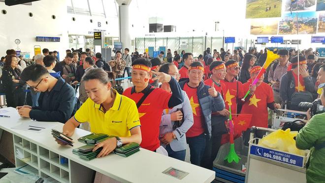 Hàng trăm cổ động viên nhuộm đỏ sân bay Nội Bài cổ vũ đội tuyển U22 Việt Nam - Ảnh 4.
