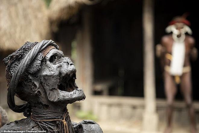 Những hủ tục kì lạ và đáng sợ của Dani - bộ tộc ăn thịt người trong truyền thuyết - Ảnh 4.