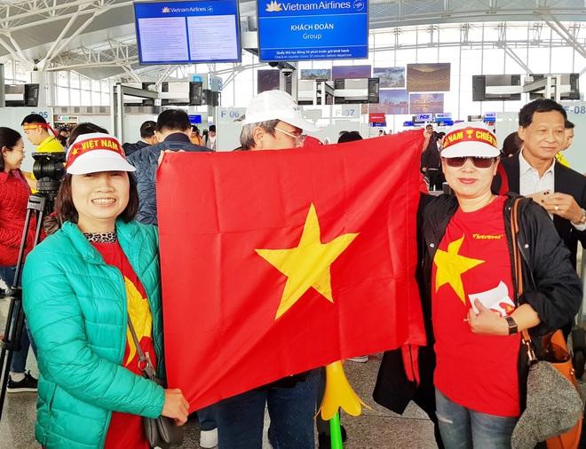 Hàng trăm cổ động viên nhuộm đỏ sân bay Nội Bài cổ vũ đội tuyển U22 Việt Nam - Ảnh 5.