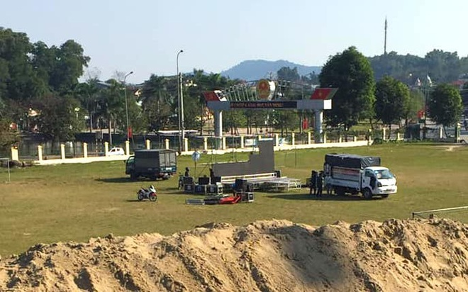 Lắp hàng loạt màn hình cỡ lớn ở Nghệ An và Hà Tĩnh để cổ vũ U22 Việt Nam - Ảnh 2.
