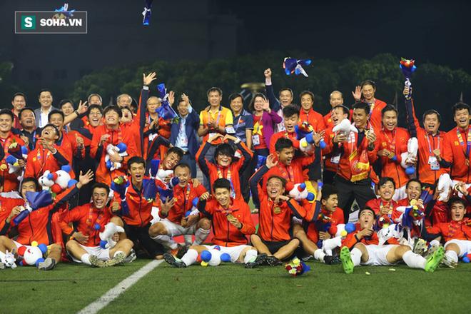 Báo thể thao hàng đầu nước Mỹ đăng ảnh Việt Nam ăn mừng HCV bóng đá SEA Games, choáng ngợp dòng người đổ ra phố - Ảnh 2.