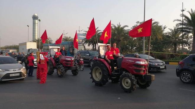 Người dân lái máy cày ra Nội Bài đón những người hùng SEA Games 30 - Ảnh 9.