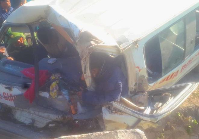 [NÓNG] 2 người chết, 6 người bị thương khi xe của Trung tâm dạy nghề trẻ tàn tật đâm vào vách núi - Ảnh 1.