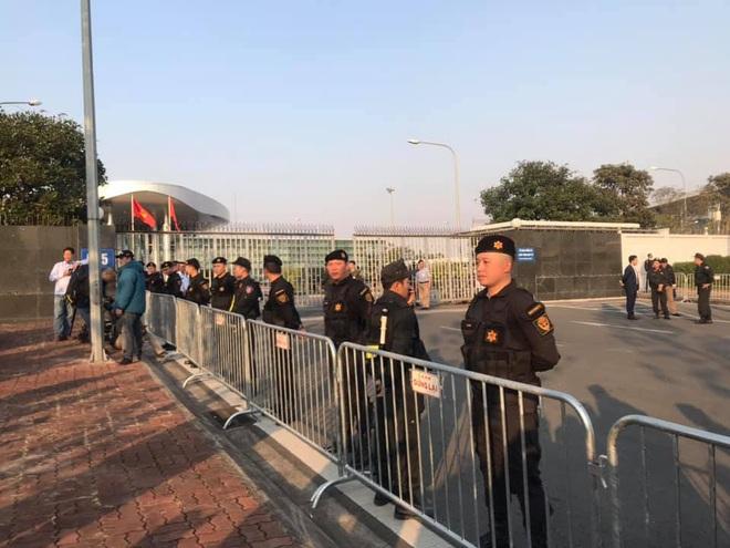 Người dân lái máy cày ra Nội Bài đón những người hùng SEA Games 30 - Ảnh 5.