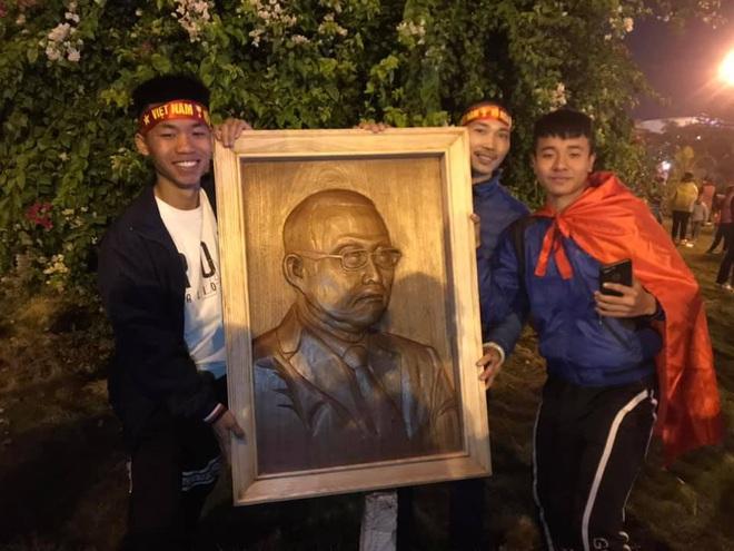 Người dân lái máy cày ra Nội Bài đón những người hùng SEA Games 30 - Ảnh 20.