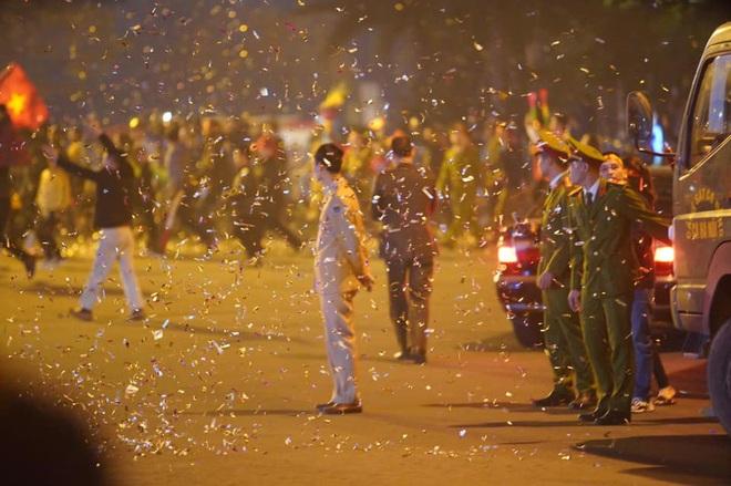 Người dân lái máy cày ra Nội Bài đón những người hùng SEA Games 30 - Ảnh 25.
