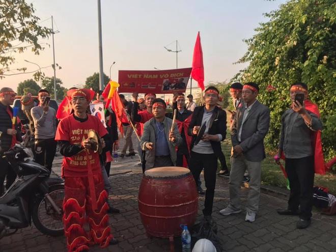 Người dân lái máy cày ra Nội Bài đón những người hùng SEA Games 30 - Ảnh 7.