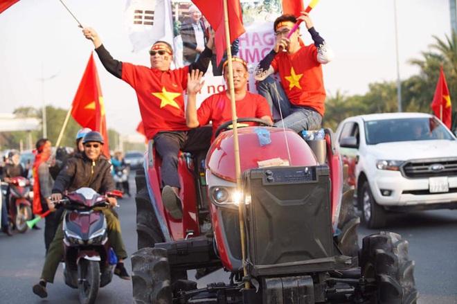 Người dân lái máy cày ra Nội Bài đón những người hùng SEA Games 30 - Ảnh 11.