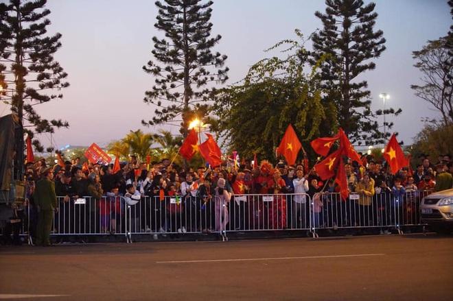 Người dân lái máy cày ra Nội Bài đón những người hùng SEA Games 30 - Ảnh 18.