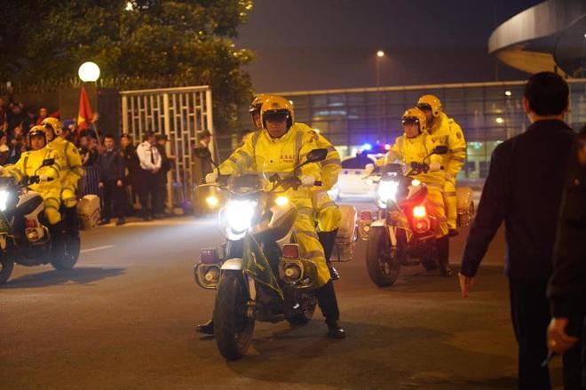 Người dân lái máy cày ra Nội Bài đón những người hùng SEA Games 30 - Ảnh 22.