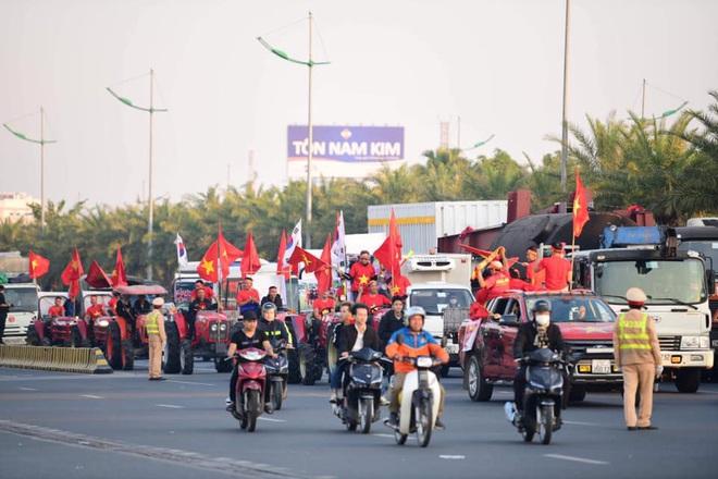 Người dân lái máy cày ra Nội Bài đón những người hùng SEA Games 30 - Ảnh 14.