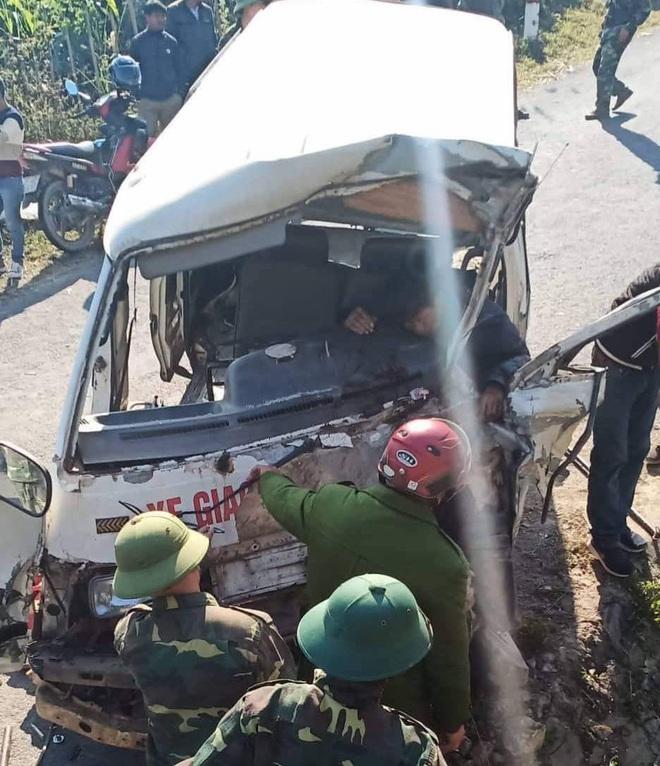 Hiện trường kinh hoàng vụ xe chở đoàn người khuyết tật đâm vào vách núi ở Nghệ An - Ảnh 2.