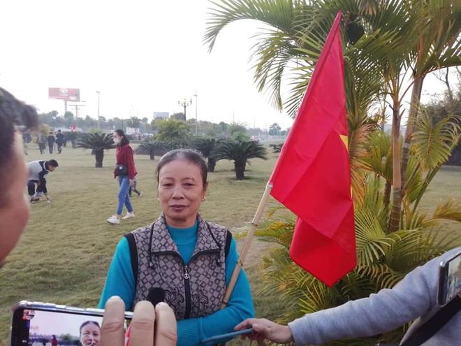 Người dân lái máy cày ra Nội Bài đón những người hùng SEA Games 30 - Ảnh 2.