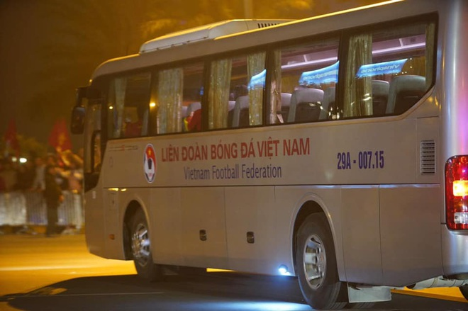 Người dân lái máy cày ra Nội Bài đón những người hùng SEA Games 30 - Ảnh 24.