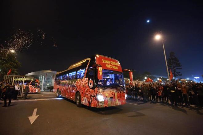 Người dân lái máy cày ra Nội Bài đón những người hùng SEA Games 30 - Ảnh 21.
