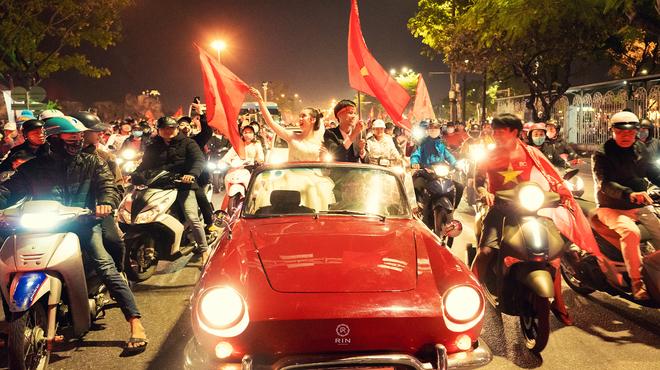 Việt Nam giành HCV SEA Games 30, cặp đôi lên đồ đi bão rồi chụp luôn ảnh cưới - ảnh 1