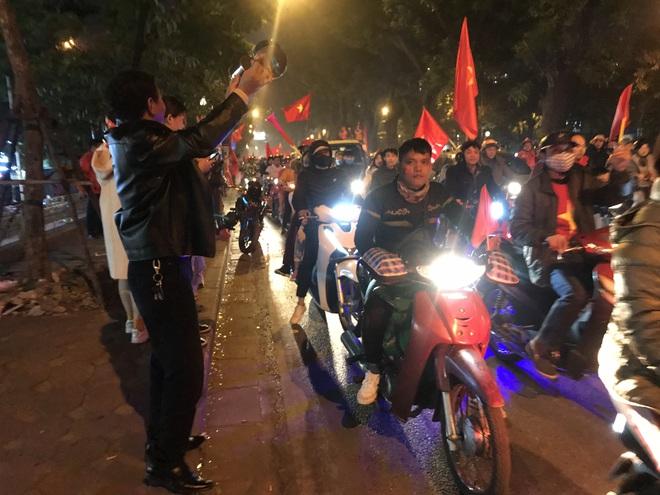 Muôn vàn kiểu xuống đường ăn mừng chiến thắng của U22 Việt Nam trước Indonesia - ảnh 1