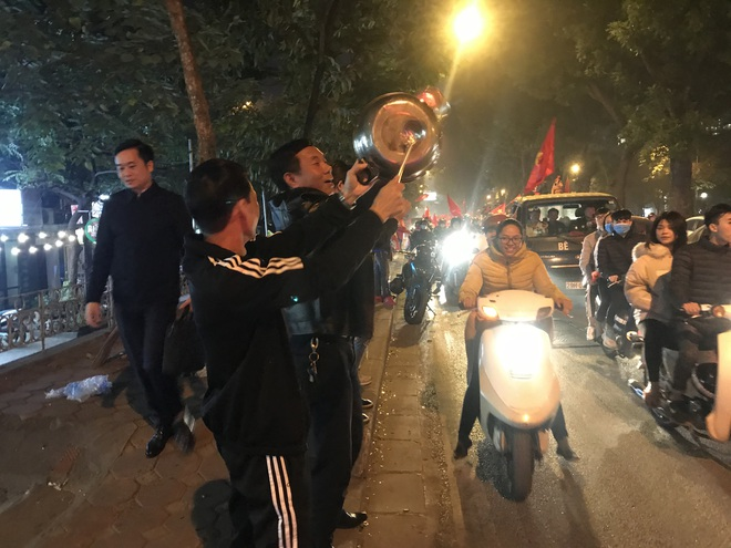 Muôn vàn kiểu xuống đường ăn mừng chiến thắng của U22 Việt Nam trước Indonesia - Ảnh 2.