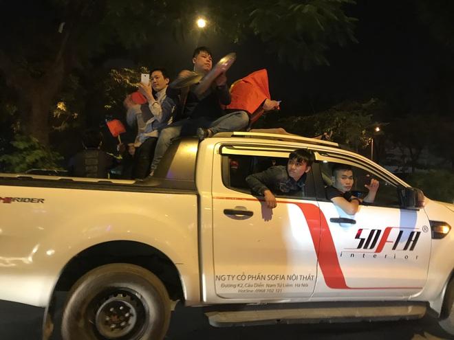 Muôn vàn kiểu xuống đường ăn mừng chiến thắng của U22 Việt Nam trước Indonesia - ảnh 3