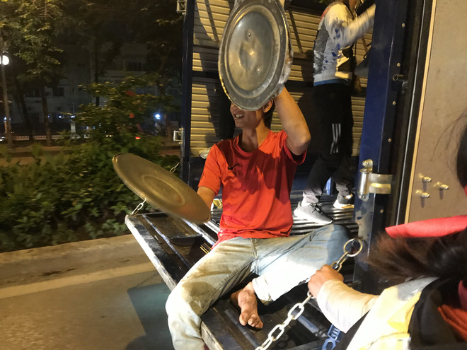 Muôn vàn kiểu xuống đường ăn mừng chiến thắng của U22 Việt Nam trước Indonesia - ảnh 4