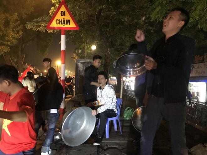 Muôn vàn kiểu xuống đường ăn mừng chiến thắng của U22 Việt Nam trước Indonesia - ảnh 6