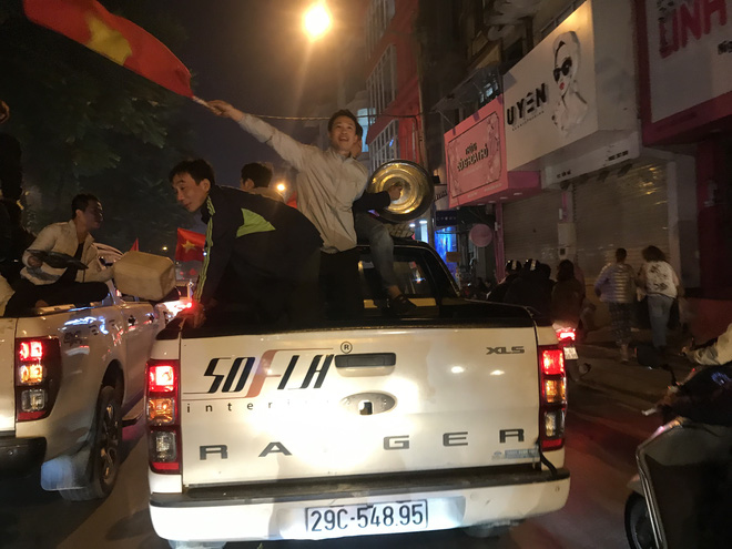 Muôn vàn kiểu xuống đường ăn mừng chiến thắng của U22 Việt Nam trước Indonesia - Ảnh 10.