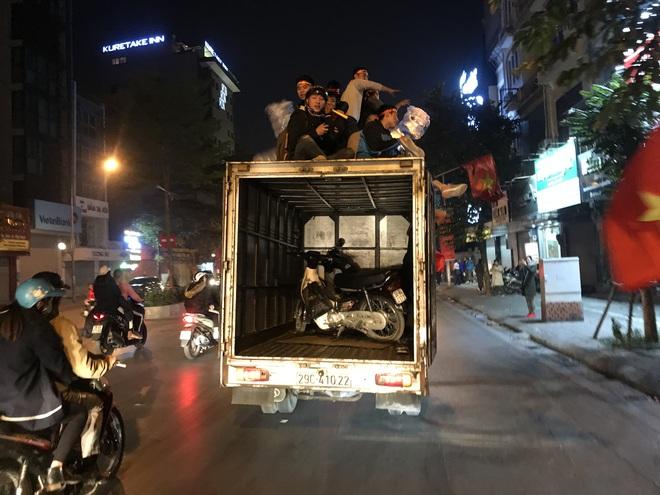 Muôn vàn kiểu xuống đường ăn mừng chiến thắng của U22 Việt Nam trước Indonesia - ảnh 10