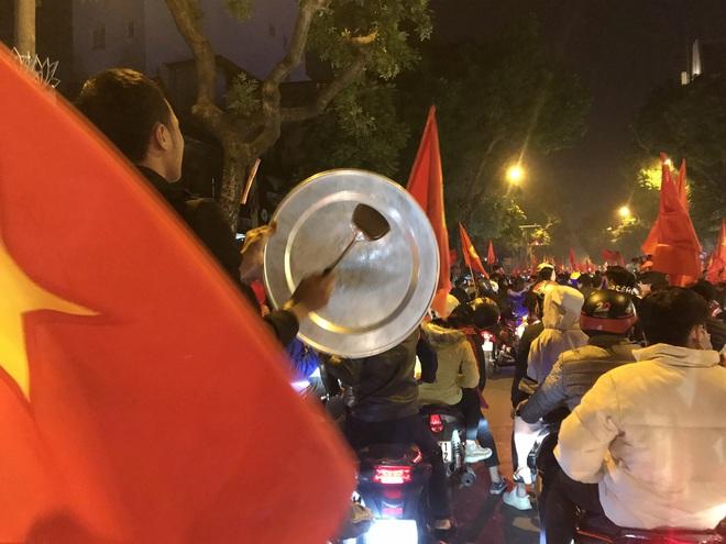 Muôn vàn kiểu xuống đường ăn mừng chiến thắng của U22 Việt Nam trước Indonesia - Ảnh 16.