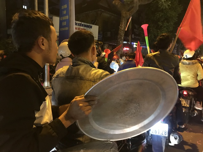 Muôn vàn kiểu xuống đường ăn mừng chiến thắng của U22 Việt Nam trước Indonesia - ảnh 16